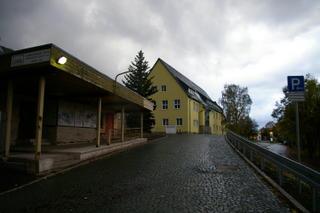Suhl war eine Stasi-Hochburg ehemalige Bezirksleitung fes MfS, davor Fliegerschule der Nazis, jetzt Behoerdenzentrum, Autowerkstatt, Tankstelle und Sportplatz
