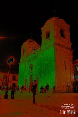 Vista nocturna solarizada de la Catedral de Huancayo Perú