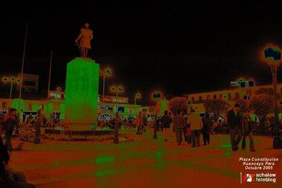 Vista nocturna de la Plaza Constitución, Huancayo Perú, con el monumento a Ramón Castilla