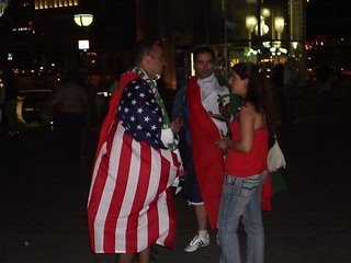 Americano e Iraniano a confraternizar