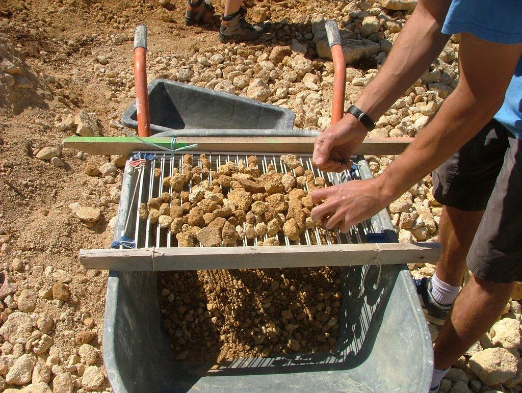 Tamiser de la terre avec une betonniere