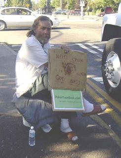 mendigo con publicidad