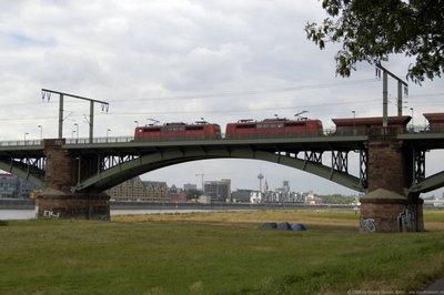 Schwerer Güterzug in Richtung Westen