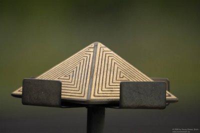 Rätselhafte Pyramide am Gleisrand - Landezeichen Außerirdischer oder  Schmuckstück der alten Ägypter?
