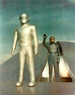 Gort e Klaatu em cena do filme 'O dia em que a Terra parou'