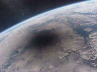 Sombra de la luna sobre el planeta Tierra, tomada desde la estación MIR en 1999
