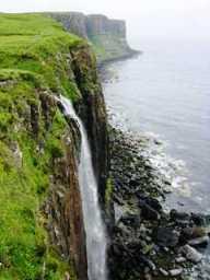 Espectacular cascada sobre el mar en la isla de Skye