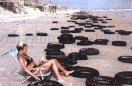 las corrientes arrastran los neumáticos hacia la costa