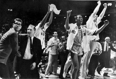 Don Haskins, segundo por la izquierda, la noche en que los Miners vencieron a los Wild Cats