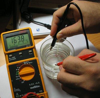 Agua del grifo en un vaso: 164 KOhm. ¿Un conductor casi perfecto?