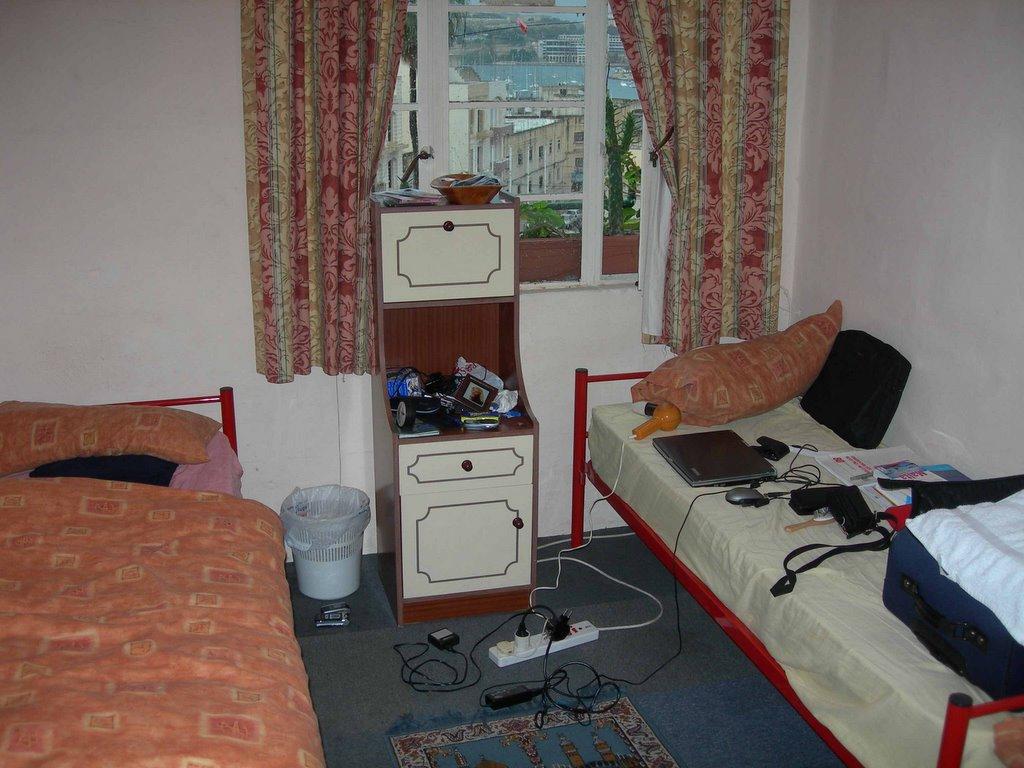 franks malta blog 2006 mein zimmer. Black Bedroom Furniture Sets. Home Design Ideas