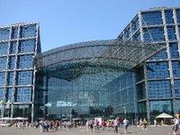 a sua arquitetura em vidro, acrilico e fibra de carbono é de encher os olhos