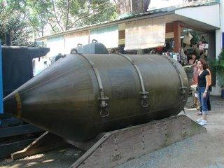 Compare o tamanho de uma das varias bombas lancadas por um B-52 com uma pessoa.