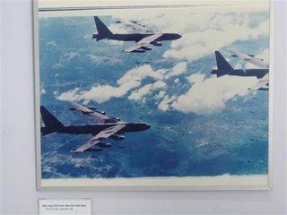 Fotos de varios B-52 sobrevoando e atacando o norte do Vietnam. Essa foto tiramos no museu da guerra, em Saigon.