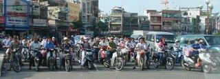 motociclistas num dia normal de Saigon, esperando o sinal abrir. Exercito de milhoes, todos com sua propria motocicleta