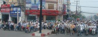 Para descobrir Saigon, observe o transito. A pe ou numa motocicleta.