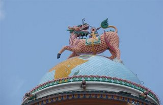 No topo do templo, O mundo. Acima do mundo, o dragao rosa, acima do dragao rosa, esta o Tao.