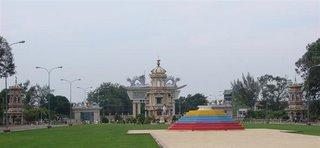 Foto de um dos portoes de entrada para o templo principal do Cao Dai