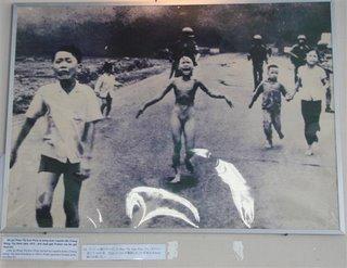 A foto da pequena Phan Thi Kim Phuc correu o mundo aumentando ainda mais o poder das manifestacoes anti-guerra e contra a invasao do Vietnam, hoje ela mora no Canada e é uma pacifista mundialmente reconhecida.