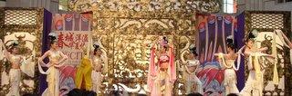 chinesinhas dancando pacificamente, nem parece que um diluvio ta caindo la fora :)