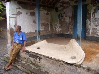 Morador de Bali na frente do seu quarto