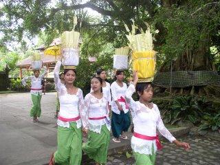 Garotas indo para um templo levando suas oferendas