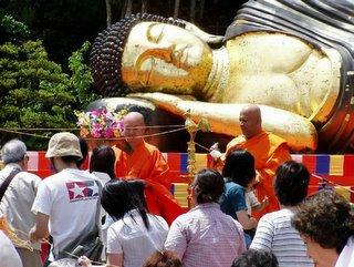 Foto de um 'Buda Deitado'. Atenção para o detalhe: um monge 'Ang-M�' :)