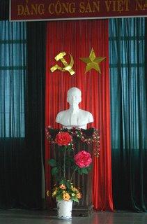 no aeroporto, um busto do lider Ho Chi Minh entre a bandeira e simbolos comunistas. lembrancas da antiga URSS