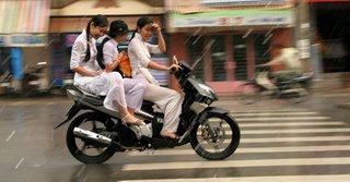 Chegamos aqui em Saigon e esta caindo uma chuva daquelas, mas as meninas ali nao parecem se incomodar