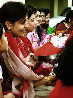 esposas se enfeitam e jejuam na esperanca de ajudar na felicidade do marido