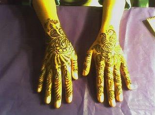 tipicos desenhos tatuados nas maos feitos com henna