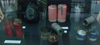 varios exemplares de arms quimicas de mao. Elas eram jogadas dentro de casas e nos tuneis subterraneos para atingir mais precisamente o inimigo
