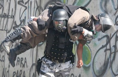 Mark in Mexico, http://markinmexico.blogspot.com/, Pale Horse Galleries for gifts, collectibles, art and crafts, http://palehorsemex.vstore.ca/, Outnumbered and outgunned, the federal riot police - PFP - abandons trying to clear the boulevard in front of Benito Juarez University - UABJO - and retreats under heavy assault from an APPO mob. The mob used rocks, bottles, gasoline bombs and rockets fired at waist height to force the PFP retreat. The police are not allowed to use deadly force to protect themselves.