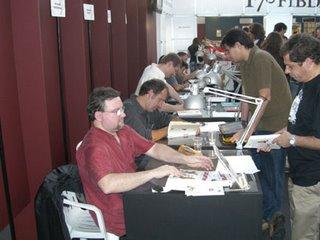 Cerca de dez autores autografaram juntos...