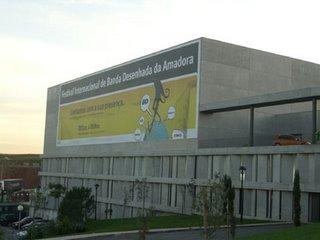 Olha o cartazinho no prédio do festival