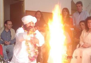 Altar de Fuego ya siendo alimentado por el Sheikh