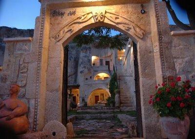 فندق الكهف في تركيا .... cave_hotel_14.jpg