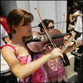 Musicos de la Orquesta Filarmonica de Santiago en huelga