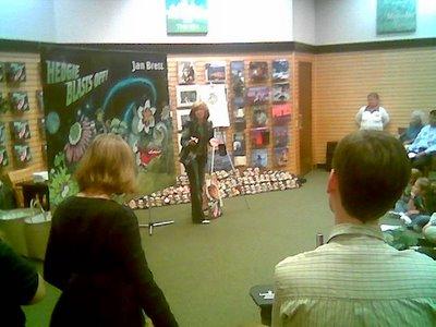 Jan Brett speaking and sketching