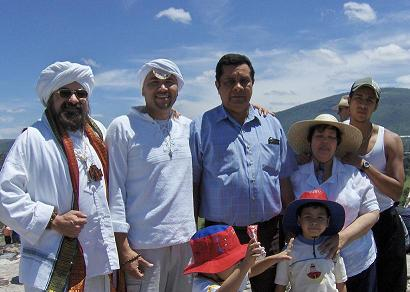 El Comendador con el Guru Ji y la familia que lo recibio en el DF.