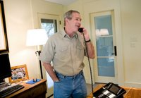 Presidente George W. Bush llama a tropas de su rancho en Crawford, Tejas, d&shy;a de Thanksgiving, jueves, de noviembre el 24 de 2005.  Foto blanca de la casa de Eric Draper.