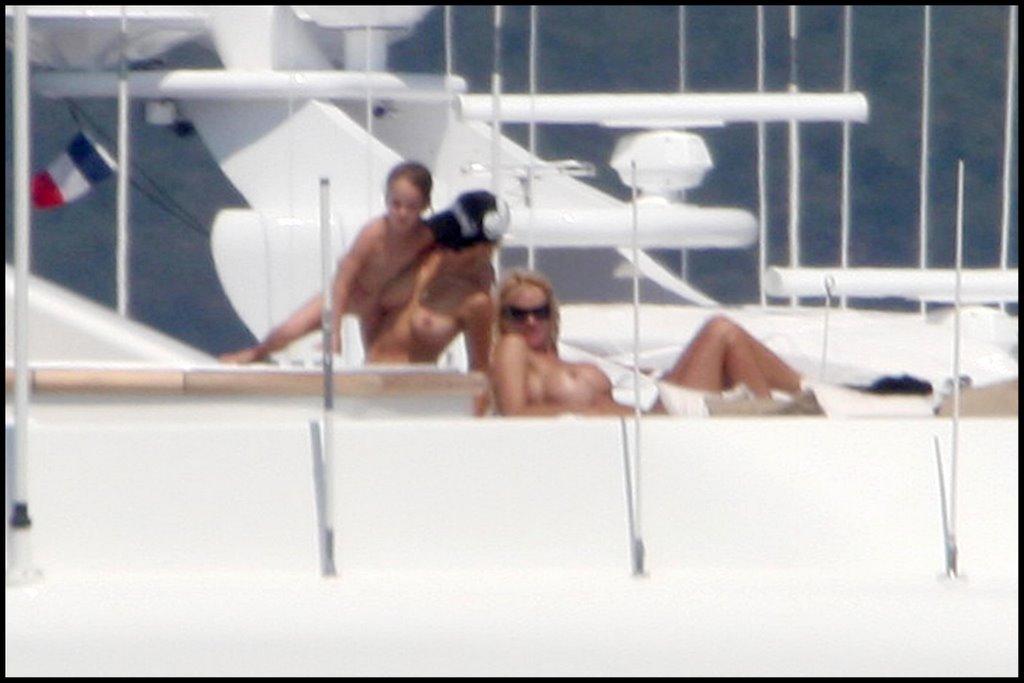 Памела андерсон на яхте видео онлайн