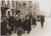 יהודים מוקפים שומרים גרמנים מובלים לכיכר השילוחים