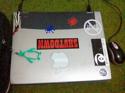 laptop gw plus stiker dan gantungan kunci pinguin