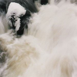 Au Saut des Cuves à Gerardmer, l'eau joue à saute mouton avec le photographe.