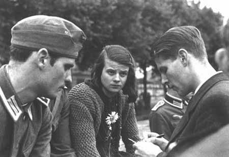 Hans Scholl (izquierda), Sophie Scholl (centro), y Christoph Probst (derecha), líderes de la organización de resistencia Rosa Blanca. Munich, Alemania, 1942 (USHMM Photo).