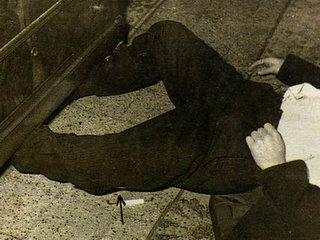 Un particolare incongruente: come sono finite le gambe di Tenco sotto al cassettone?