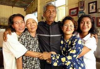 Ayah Pin dan isteri-isterinya