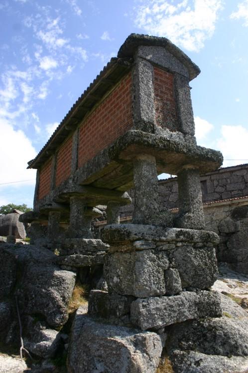 Espigueiro em Monte de Santa Isabel, Serra do Gerês Julho-2006
