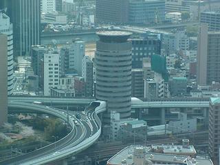 Autopista flotante atravesando un edificio